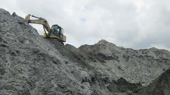 HCMC encourages to use ash, slag and plaster to replace sand and clear away scrapyards (Photo: SGGP)