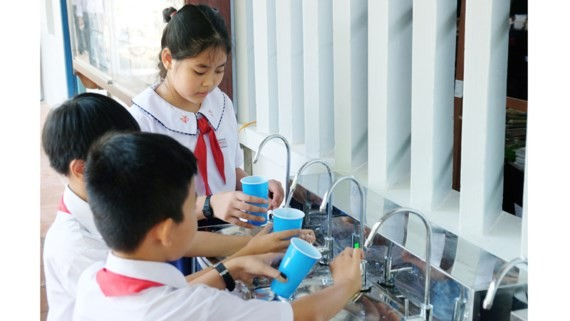 The pupils of the school enjoy fresh water in the new school year (Photo: SGGP)