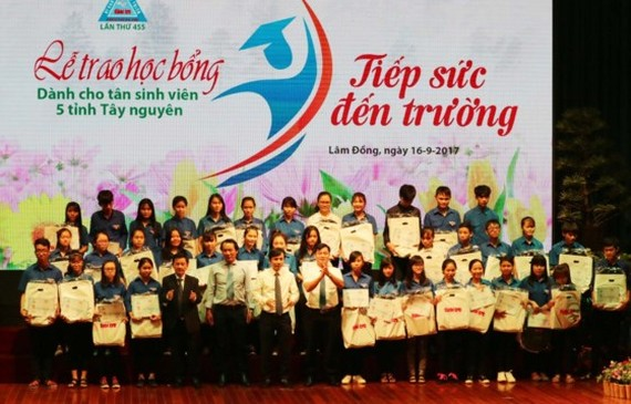 At the scholarship giving ceremony (Photo: SGGP)