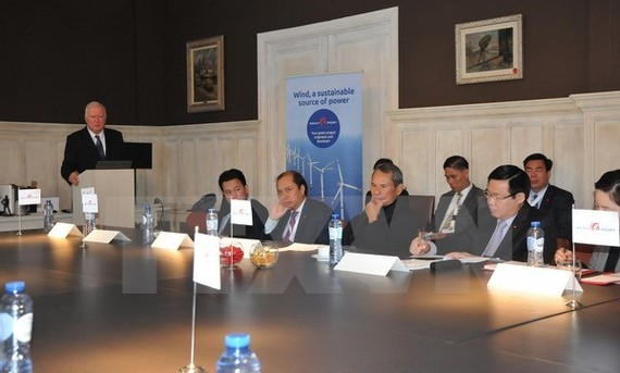Rent-A-Port Managing Director Marc Stordiau briefs Vietnamese officials on the company's projects (Source: VNA)