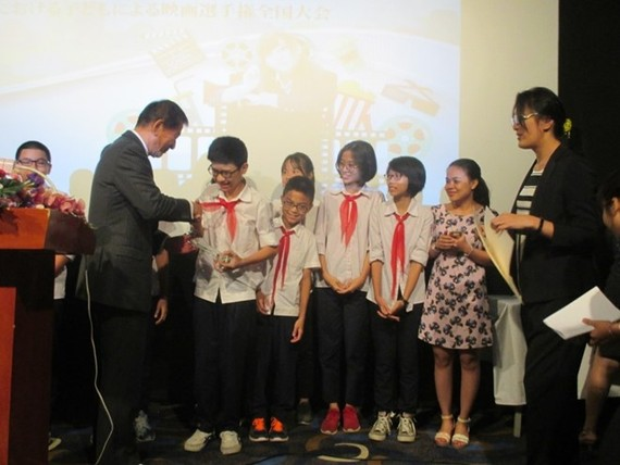 Japan-Vietnam Special Ambassador Sugi Ryotaro presents awards for students (Source: emb-japan)
