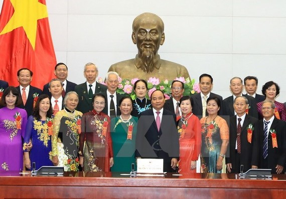 Prime Minister Nguyen Xuan Phuc (fifth from the right, first line) and outstanding elder people (Source: VNA)