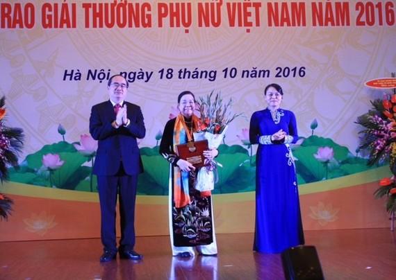 At the award ceremony of the Vietnam Women Award 2016 (Source: dangcongsan.vn)