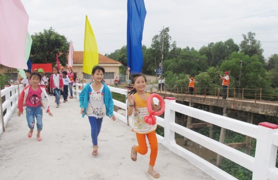 One of the bridge is built by the group of overseas Vietnamese peopel (Photo: SGGP)
