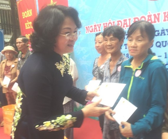 Vice President Nguyen Thi Ngoc Thinh presents gifts to social welfare beneficiaries and poor people (Photo: SGGP)