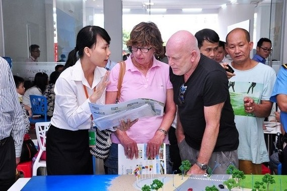 Foreigners are provided with information about buying houses (Photo vietnambiz.vn)