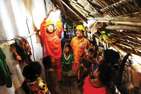 EVN repairs electricity wires gratis for poor households