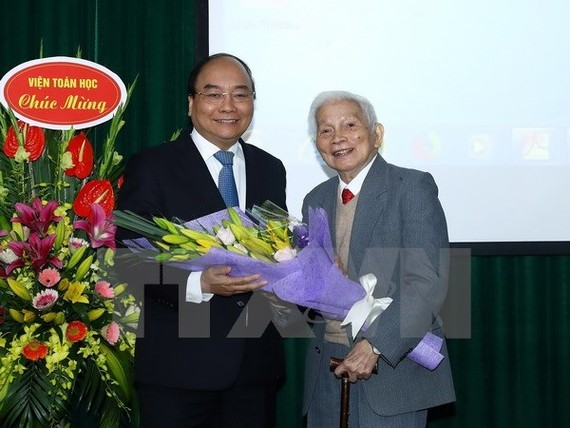 Prime Minister Nguyen Xuan Phuc (L) and Professor Hoang Tuy (Photo VNA)