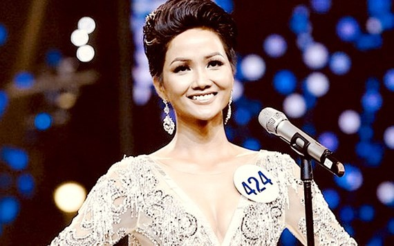 E De ethnic beauty is crowned  Miss Universe Vietnam 2017 (Photo: SGGP)