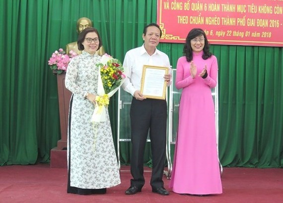 Nguyen Thi Thu, deputy chairwoman of the HCM City's People's Committee, recognised District 6 for achieving the goal of no longer having poor households. (Photo: sggp.org.vn)