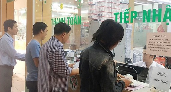 Patients register to see doctors in hospital in District 2 (photo: SGGP)