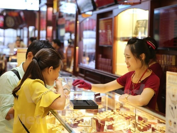 Customers at a gold shop (Photo: VNA)
