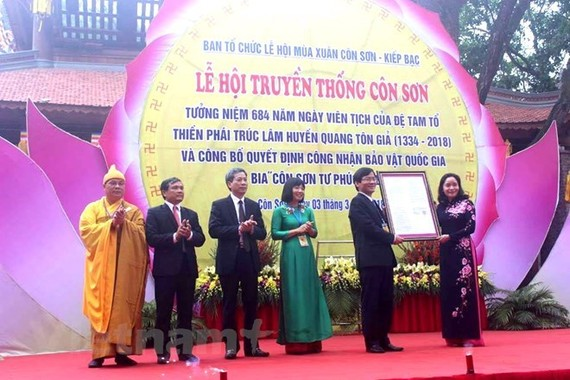 Local officials receive Prime Minister Nguyen Xuan Phuc's decision recognising the Con Son Tu Phuc Tu Bi stele in Con Son Pagoda as a national treasure (Source: VNA)