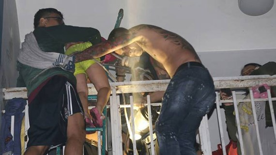 Residents in Carina Plaza try to escape the fire (photo: SGGP)