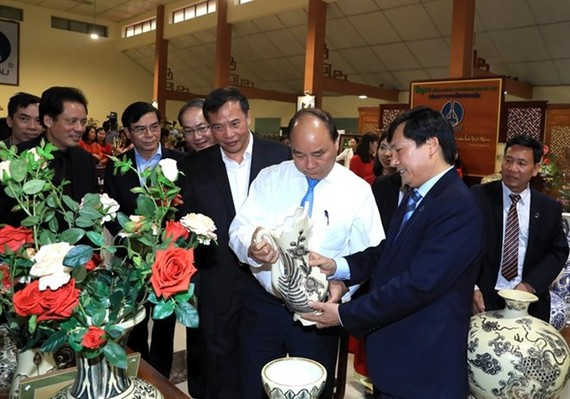 Prime Minister Nguyen Xuan Phuc (in white shirt) visits Chu Dau ceramic village in the northern province of Hai Duong. (Source: VNA)
