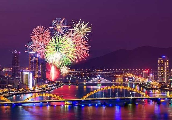 Fireworks over the Han River in Da Nang in 2015 (Photo: VNA)