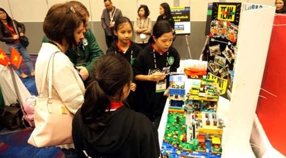 Vietnamese students from Hanoi's Wellspring School won the Innovative Poster Award at the First Lego League Jr. World Festival Expo, part of the three-day 2018 First Lego League event held in Houston. (Photo: dantri.com.vn)