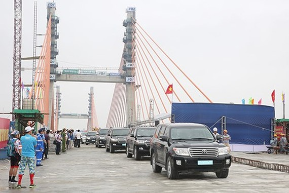 The final segments of the Bach Dang bridge connecting the northern port city of Hai Phong and the northern coastal province of Quang Ninh are joined on April 28. (Photo: VNA)