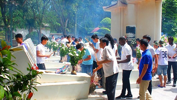 People burn incense at Dong Loc junction historic site (Photo SGGP)