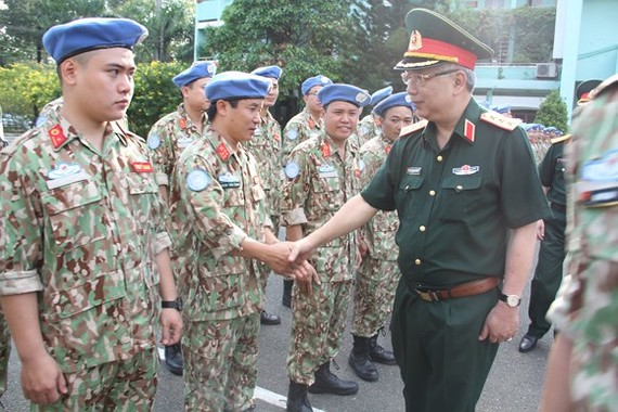 Senior lieutenant-general Nguyen Chi Vinh encourages soldiers  to fulfill mission (Photo: SGGP)