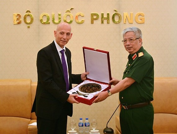 Deputy Defence Minister Nguyen Chi Vinh (R) presents a gift to Director of Israel's Defence Export and Cooperation Agency Mishel Ben Baruch (Source: qdnd.vn)