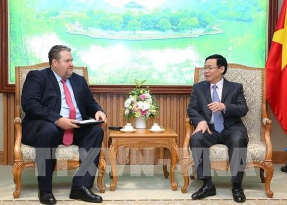 Deputy Prime Minister Vuong Dinh Hue (R) and President of AES Vietnam David Stone (Photo: VNA)
