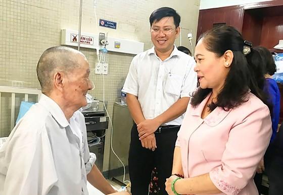 City leader congratulates senior people