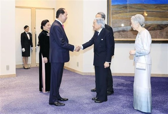 President Tran Dai Quang and his spouse are greeted by Japanese Emperor Akihito and Empress Michito at the ceremony. (Photo: VNA)