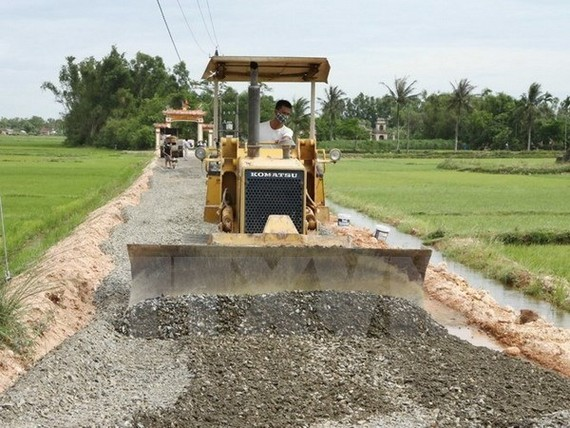 Road construction in a rural commune (Photo: VNA)