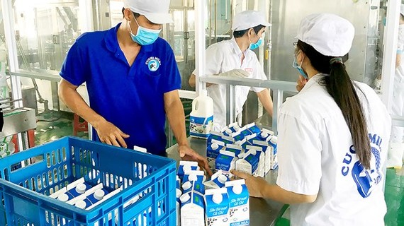 Workers are packing Cu Chi milk ( Photo: SGGP)