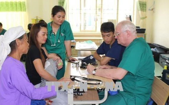 US volunteer doctors from the Good Samaritan Medical Dental Ministry provide free medical checkups to poor people in Tra Linh district, Cao Bang. (Photo: VNA)