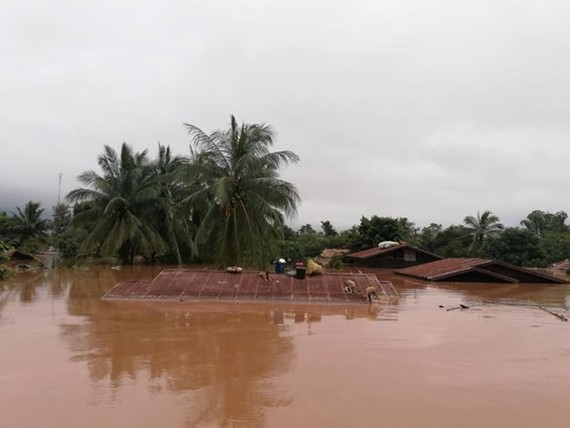 The Xepian-Xe Nam Noy hydropower dam collapsed at 20:00 on July 23, releasing 5 billion cu.m of water which caused flash flooding in 10 villages in lower areas and completely isolated Sanamxay district. (Source: KPL)