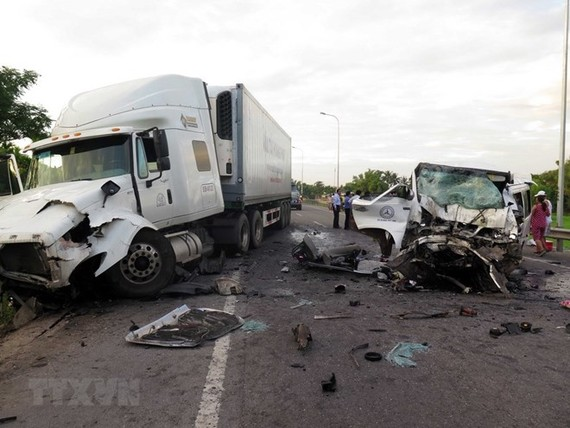 A car carrying 17 people collided with a container truck going in the opposite direction in Quang Nam province on July 30 (Photo: VNA)