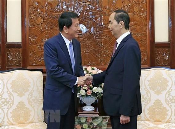 President Tran Dai Quang (R) receives visiting Vietnam-Japan and Japan-Vietnam Special Ambassador Ryotaro Sugi (Photo: VNA)