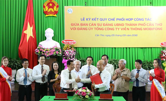The signing ceremony for collaboration regulations between Mobifone and Can Tho City