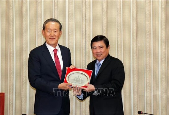 Chairman of the Ho Chi Minh City People's Committee Nguyen Thanh Phong (R) and Chairman of the Federation of Korean Industries (KDI) Huh Chang-soo (Photo: VNA)