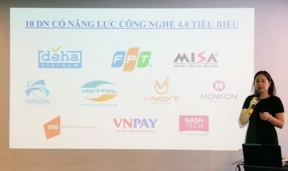 Ms. Nguyen Thi Thu Giang, General Secretary of VINASA, is introducing the list of 10 Prominent Companies with Technology Ability in Industry 4.0. Photo by Tran Binh