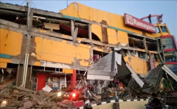 A shopping mall collapsed in Palu city in Central Sulawesi province of Indonesia after earthquakes and tsunami on September 28. (Photo: AFP/VNA)