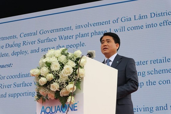 Chairman of the Hanoi People's Committee Nguyen Duc Chung speaks at the inauguration ceremony of the Duong River surface water plant on October 13 (Photo: VNA)
