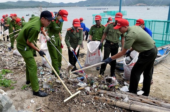 Young police officers in Phu Yen province join in a beach cleanup activity (Photo: VNA)