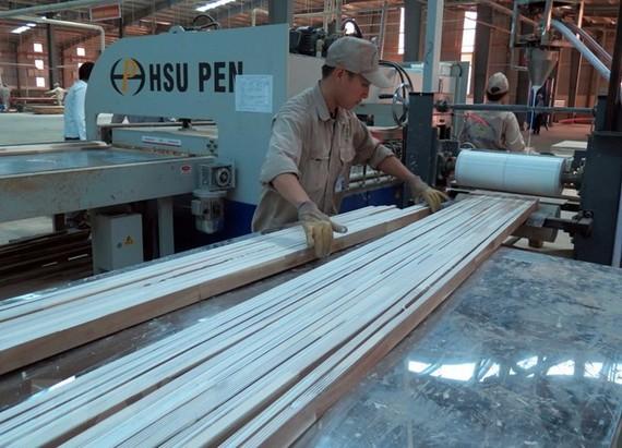 At a wood processing factory (Source: VNA)
