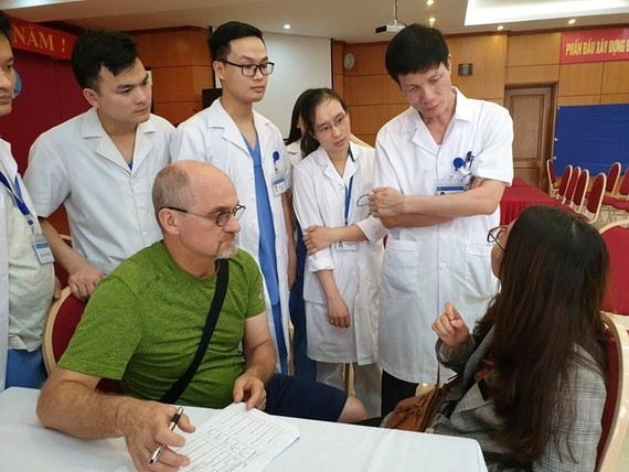 Surgeons from the US-backed Face to Face programme provides medical checkups for patients at the National Otorhinolaryngology Hospital of Vietnam (Photo: noh.vn)