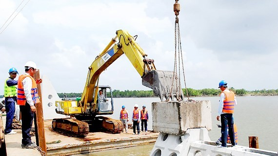 Ca mau province builds more embankment in coastline