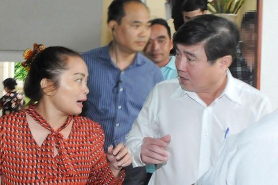 Chairman Nguyen Thanh Phong talks to Thu Thiem residents on November 7 (Photo: SGGP)
