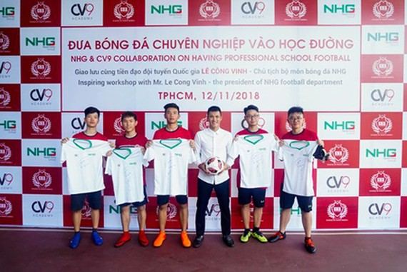 Football forwarder Cong Vinh took a photo with participants of the program