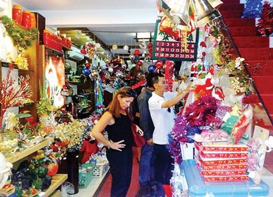 Plentiful decorative items, apparel in markets for Noel season