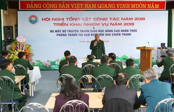 The meeting to review the performance of the Vietnam Bomb and Mine Action Support Association and debut the comic books in Hanoi on December 14 (Photo: VNA)