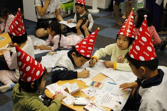 Children draw pictures at the event (Source: organising board)Children draw pictures at the event (Source: organising board)