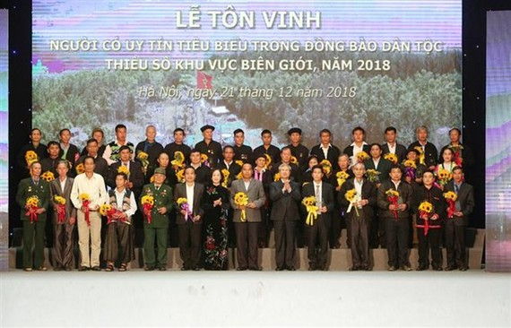 Outstanding figures of border ethnic minority communities are honoured on stage (Photo: VNA)