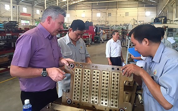 Foreign workers work at Ben Thanh Rubber Company (Photo: SGGP)